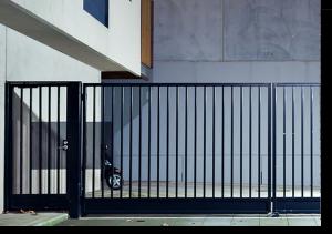 Assistência a portões de garagem com grades