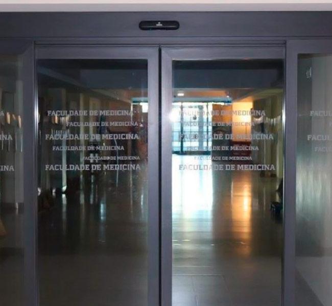 Portas Automáticas de Vidro com Perfis Antipânico