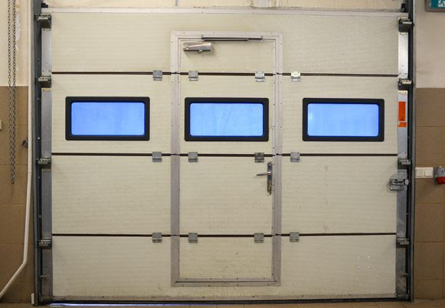 Portas para garagem com porta de serviço